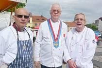 MISTŘI kuchaři se ozdobili do Sedlčan svými metály. Michal Markusi (vlevo) řádem Magdalény Dobromily Rettigové a Jiří Eichler si zavěsil kolem krku nejvyšší vyznamenání, které lze v České republice za gastronomii získat. Vpravo Jiří Lašťovka.