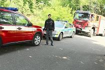 Policisté a hasiči při zásahu u smrtelné vlakové nehody, která se stala mezi mostem u Brodu a Fialákem.