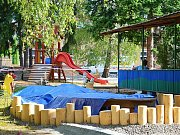 V Březnici staví dětem lesní hřiště.