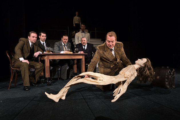Inscenace Obsluhoval jsem anglického krále v příbramském divadle.