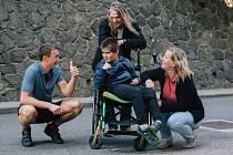 Spoluzakladatel nadace Petr Sýkora (vlevo) s rodinou, které pomáhají Dobří andělé.