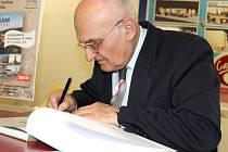 Autogramiáda Josefa Fryše k jeho nové knize Příbram v proměnách času.