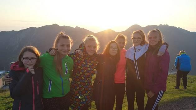 Žákyně ze ZŠ Březnice v bavorských Alpách, kde škola navazuje nové partnerství.
