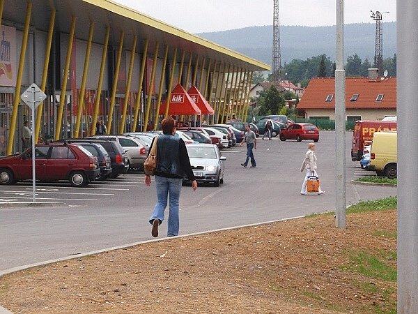 Nové obchodní centrum Stop Shop v Příbrami. Chodci se k němu ale dostanou pouze po silnici