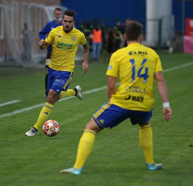 Fotbalisté Fastavu Zlín (ve žlutém) v důležitém zápase bojů o záchranu ve 28. kole v sobotu hostili poslední Příbram. Na snímku Buchtra.