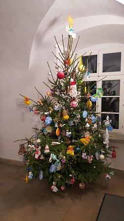 Vánoční strom ze všemi ozdobami.