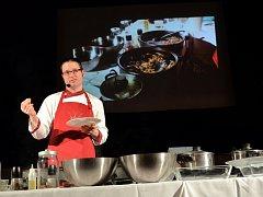 Labužníci ochutnali v Březnici hmyzí pokrmy od kuchaře Petra Ocknechta.