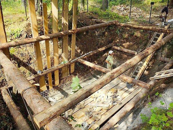 Na Jedové hoře uKomárova se konalo setkání upříležitosti dokončení prací spojených se zabezpečením tamních starých důlních děl. Šachta Barbora při opravě.