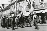 Členové příbramského Orla v průvodu Pražskou ulicí při korunovaci na Svaté Hoře 12. června 1932.