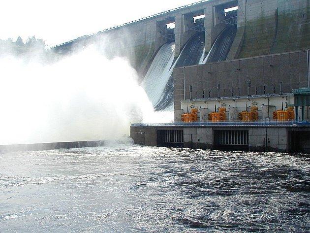 Vodohospodáři odpouštěli Orlickou přehradu už několik dnů před 13. srpnem. Voda padala dolů za ohlušujícího řevu. Odpouštění přehrady sledovaly desítky lidí, pro které se tehdy vžil termín povodňoví turisté.