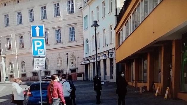Lidé čekající před lékárnou na náměstí T.G.M. v Příbrami.