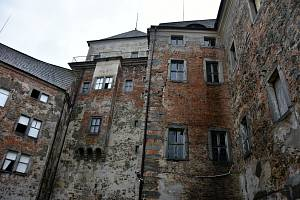 Zámek v Rožmitále pod Třemšínem. Rekonstrukce se uskutečňuje postupně a po kouscích.