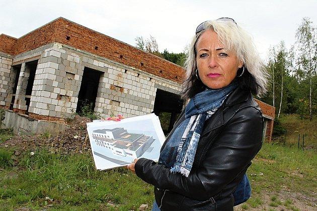 Objekt bývalé patologie v Příbrami zatím vyhledávají bezdomovci, ale záměrem Martiny Valtové (na snímku) je vystavět tu hospic.