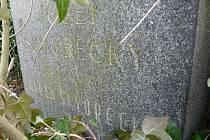 Prarodiče spisovatele Josefa Škvoreckého jsou pochováni na sedlčanském hřbitově. Jejich hrob je neudržovaný a mizí pod spletí větví.