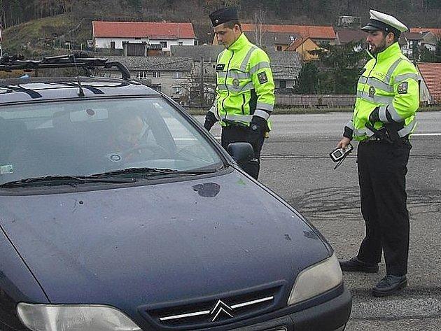 POLICISTÉ při preventivní akci rozdávají reflexní vesty.