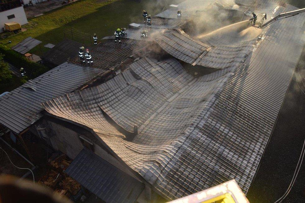 Celkem u požáru zasahovalo osm hasičských jednotek. Majitel haly, který se přijel k zásahu, odhadl předběžnou škodu na desítky milionů korun.