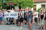 Přes horké a dusné počasí na dobříšském náměstí demonstrovalo více než 100 lidí.