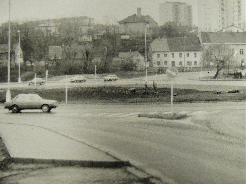 Kruhový objezd u Dolejší Obory v Příbrami na historické fotografii.