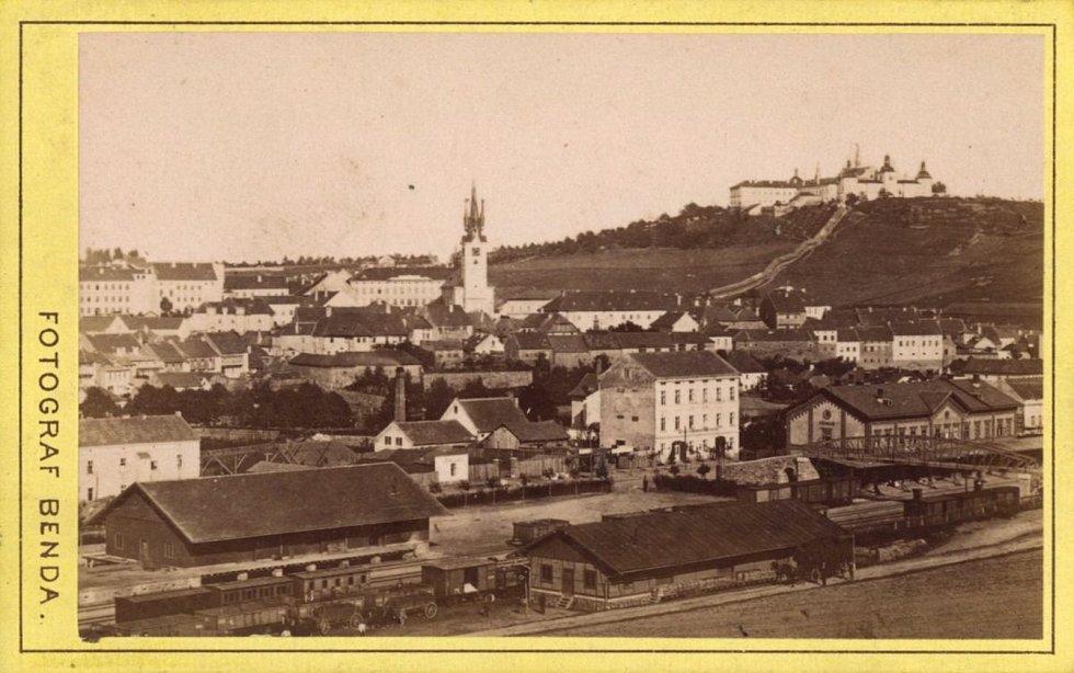 Město Příbram se Svatou Horou v pozadí.
