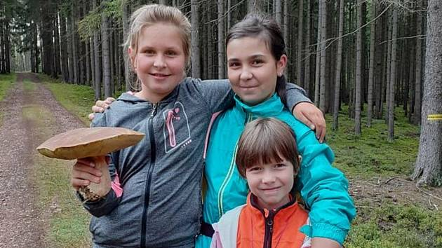 Děvčatům se podařil v Brdech zajímavý houbařský úlovek.