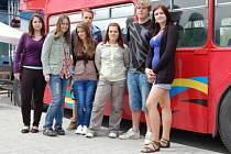 Na Hořejší Oboře zaparkoval olympijský autobus.