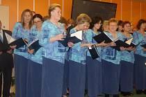 LETOS v sedlčanském domově seniorů vydatně podpořil akci Česko zpívá koledy také smíšený pěvecký sbor Záboj.