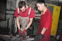 Kovářská dílna příbramské waldorfské školy. Zleva učitel Michael Šimek s kovářským učněm.