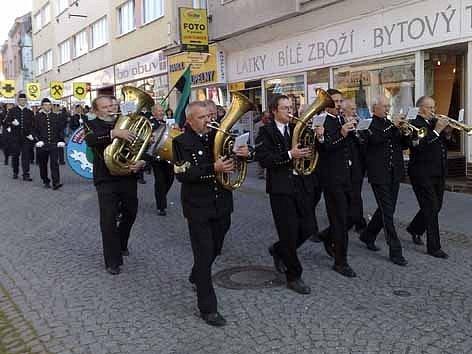 Průvod Pražskou ulicí v Příbrami.