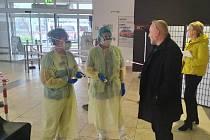 Do Oblastní nemocnice v Příbram se lze dostat jen jedním vchodem.