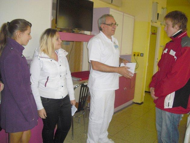 Děti dětem. Školáci přinesli malým pacientům peníze na vybavení dětského oddělení.