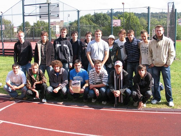 Studenti SPŠ a VOŠ Příbram po triumfu ve fotbale vyhráli i atletiku.