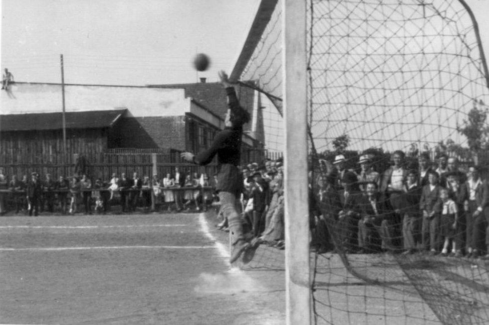 Brankář. Ikona mezi tyčemi tehdejšího SK Dobříš František Vitásek během zápasu na Matlachově stadionu v roce 1944.