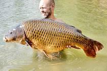KAPRA měřícího 103 centimetry a o hmotnosti  21,70 kilogramů vytáhl z nejmenované zatopené pískovny ve středních Čechách rybář Vlastimil Jakoubek z Jinců.