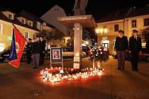 Dobrovolní hasiči uctili památku Václava Havla na Václavském náměstí v Příbrami zapalením svíček a položením kytice.
