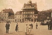 Západní strana náměstí v Sedlčanech s novou radnicí z roku 1903. Fotografie pochází z doby kolem roku 1925.