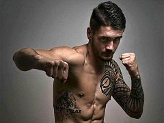 Bojovník v Muay Thai Bernard Plavec.