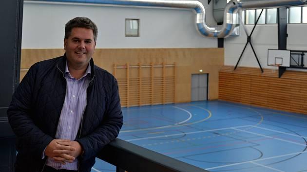 Dobříšský místostarosta Tomáš Vokurka při prohlídce sportovní haly.