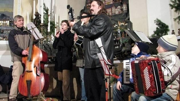Na vernisáži výstvy betlému vystoupila hudební skupina Salamandr