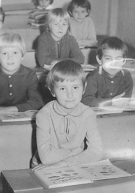 PRVNÍ školní den malé Stáničky (na snímku vpředu), která ve čtvrtek jako paní učitelka Stanislava Karlová přivítala své prvňáčky vzákladní škole vulici Bratří Čapků vPříbrami.