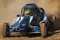 Desetiletý autokrosař Samuel Peták za volantem své závodní buginy.
