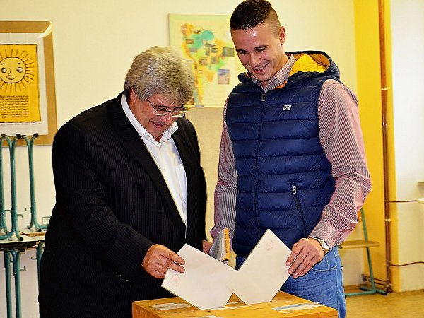 Volby 2013: Hejtman Josef Řihák se synem Josefem uvoleb.