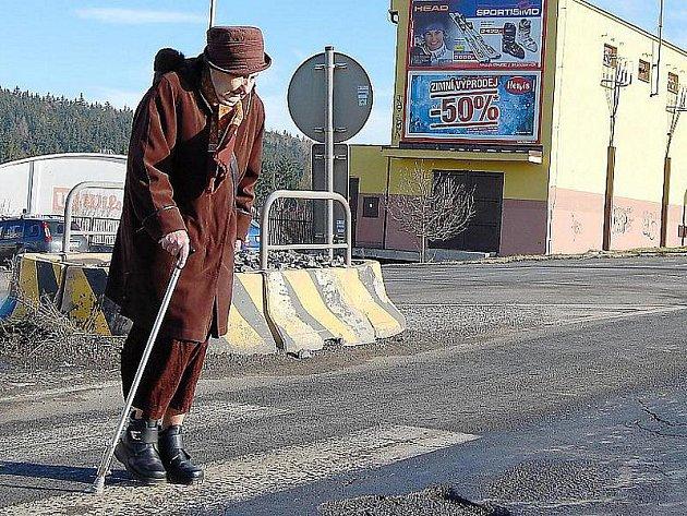 Přechod v Brodské ulici lidem připadá nebezpečný.
