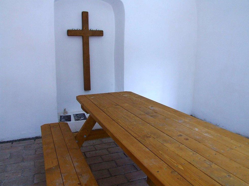 Interiér Třemšínské kaple u Gangloffova kříže. Kaple je pro potřeby turistů stále odemčená.