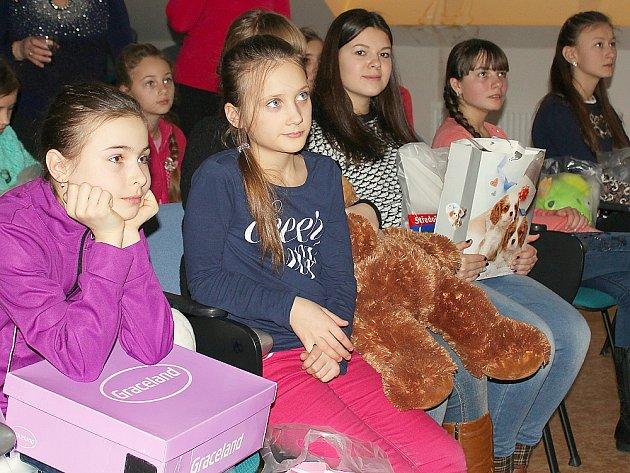Ukrajinské děti s dárky od gymnazistů se zájmem sledují v Gymnáziu Příbram pohádky od českých autorů, z nichž některé důvěrně znají.