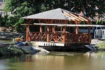 Nový dřevěný altánek u rybníku Hořejší Obora