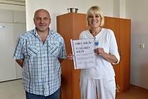 Milín předal příbramské nemocnici osmitisícový šek na návštěvu klaunů.