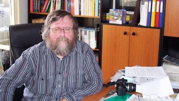 Václav Chvál za svým pracovním stolem v knihovně