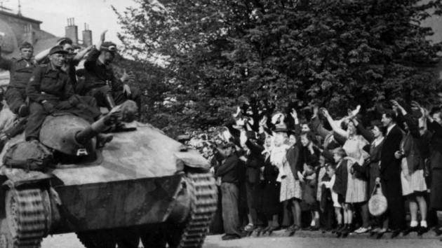 Dne 9. 5. 1945 příbramští občané nadšeně vítají na hlavním náměstí vojáky protibolševických jednotek ROA generála Vlasova z 3. pluku 1. Buňačenkovy divize.