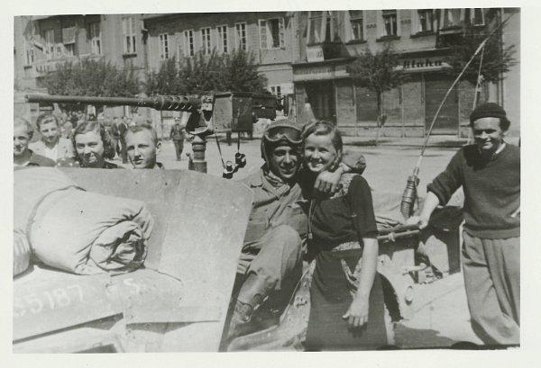 Březnické náměstí 10.5.1945. Druhý zleva Karel Balík, dále zleva slečna Kaiserová, Josef Brotánek a vobjetí řidiče amerického džípu Zdena Dražanová.