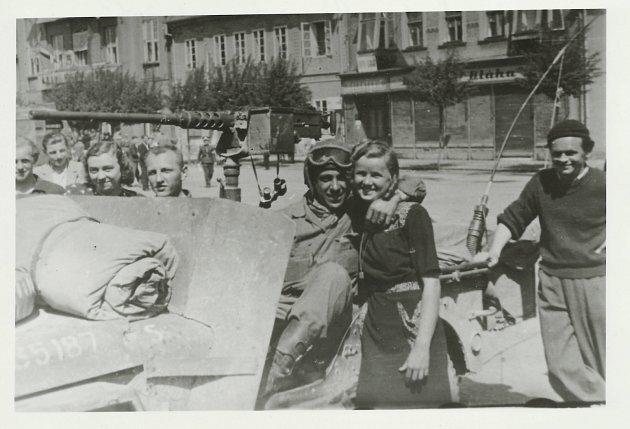 Březnické náměstí 10. 5. 1945. Druhý zleva Karel Balík, dále zleva slečna Kaiserová, Josef Brotánek a v objetí řidiče amerického džípu Zdena Dražanová.